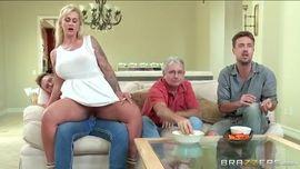 تستغل انشغال الاب في مشاهدة المباراة و تغوي الابن لممارسة الجنس