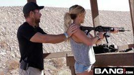 يعلمها أن تطلق النار بمسدس إذا علمته أن يمارس الجنس