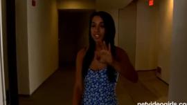 تحصل الفتيات القذرة على عصابات في غرفة ضخمة في فندق كبير