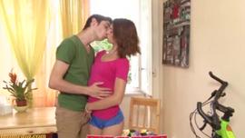 صغير في سن المراهقة titted مع شفاه ناعمة يحب الحصول على ديك كبيرة عميقة داخل بوسها