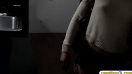 كانت شقراء صغيرة تحلق ساقيها أمام شريكها ، حتى يتمكن من ممارسة الجنس معها