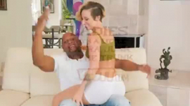 الرجل الأسود يمارس الجنس مع فتاة قذرة بينما صديقته في متجر الهدايا