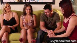 ينيك ثلاث نساء ممحونات و مثيرات و يمارسن السحاق امامه