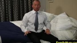 امرأة ساخنة تعطي اللسان لرجل يريد أن يمارس الجنس مع الحمار ضيق
