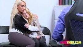 تدفع الأم وابنتها لأنهما سرقوا الملابس من المركز التجاري الفيديو ...