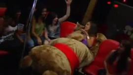 فتاة قرنية تسمح لرجل في غرفة نومها بممارسة الجنس معها ، حتى أنها cums
