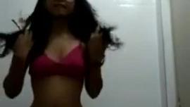 سوبر الساخنة في سن المراهقة كاتي كيندال يظهر جسدها وركوب الديك في الحمام
