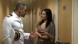 جاء القبطان إلى غرفة نوم ماكوتو كيارا ومارس الجنس معها بدلاً من القيام بعملها