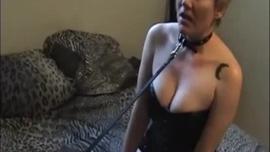 الرجل الأسود على وشك أن يمارس الجنس مع اثنين من العاهرات الجميلات ، في غرفة الفندق ، من أجل المال