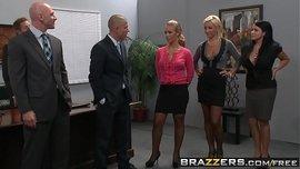 اثنين من السيدات جبهة مورو مع الصدور كبيرة ويمارسون الجنس مع رجلين