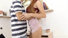 امرأة شابة لديها ثدي صغير يمارسون الجنس مع صديق جامعي