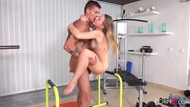 سيدة شابة جميلة مارس الجنس في صالة الألعاب الرياضية
