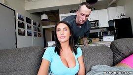 زوجته الغش مع امرأة سمراء الحمار الذي لديه كبير وكبير الثدي