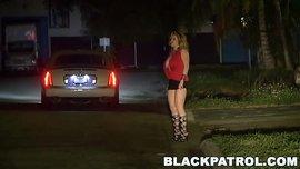 رجل يدخل إلى الشرطة ويريد اثنان من المحققين أن يكونا في ثلاثة