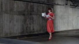المرأة ذات الشعر الأحمر تتأهل وتستمني أمام النار ، مثل الفاسقة