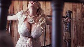 امرأة ناضجة مع الثدي الجميلة انه يتمسك دسار في أعماق كس