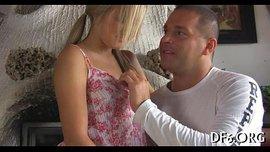 اغراء عذراء شقراء رجل متزوج ويعطي اللسان لبدء ارتفاع درجات الحرارة