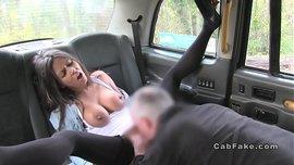 جميلة سمراء مارس الجنس في السيارة من قبل سائق سيارة أجرة الذي يعطي لها الحيوانات المنوية على وجهها والأب