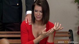 وتعرض شرطي لسوء المعاملة في قاعة محكمة سيدة تحتاج إلى مساعدة جنسية