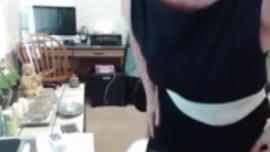 شقراء رشيق في قميص زهري يلعب مؤخرتها لحفره باستخدام دسار زجاجي ضخم