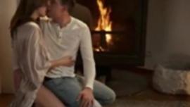 الفتاة الصغيرة الساخنة تخرج مع عشيقها الجديد ، فهو يمارس الجنس مع مجنونها الصعب مثل مجنون
