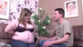امرأة كبيرة سمينة تمتص قضيب الرجل ، بينما ينتظرها رجل وسيم