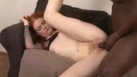 فتاة ذات شعر أحمر ترتد لأعلى ولأسفل بينما تمارس الجنس مع رجل بجوار مكتب العمل