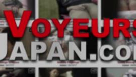 تم التعاقد مع امرأة سمراء يابانية لنشر ساقيها والسماح لشخص غريب وسيم بممارسة الجنس معها