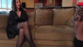 في سن المراهقة مشعر ، تنشر ميندي دانيال ساقيها مفتوحة على مصراعيها للحصول على كسها يمسح جيدًا