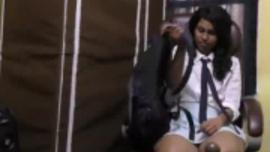 تمتص فتيات المدارس ذوات العقلية القذرة ديك رجل متزوج بينما يراقبهن صديقهن المتهور
