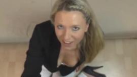 فاتنة شقراء جديدة تحب أكل ديك صديقها في الحمام ، قبل أن يمارس الجنس معها بشكل جيد
