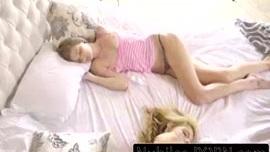 سخيف شقيقتها السابقة بينما كانت نائمة.