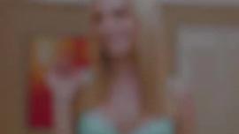 أديسون لينز هي امرأة سمراء عاهرة تحب أن تتعرى ، لأنها تثيرها كثيرًا