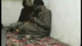 امرأة متزوجة مستلقية على أرضية المطبخ وتمص قضيب رجلها ، مثل عاهرة محترفة