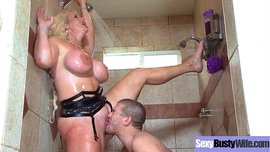 سكس ام وصبى تهيج ابنها الفحل بجسمها الفتاك وينيكها في الحمام