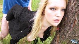 نيك بنت شقراء مراهقة جميلة نيك كس فى الغابة على الارض