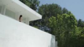 امرأة سمراء جميلة مع حلمات مرح ترتد لأعلى ولأسفل ، بينما تضاجع صديقتها السحاقية