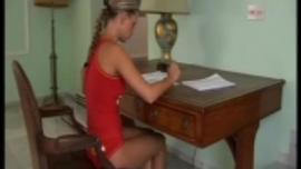 امرأة سمراء في سن المراهقة مذهلة تقوم ببعض الأعمال