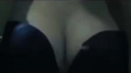 الجبهة الساخنة مع الثدي الصغيرة وارتداء الكعب العالي بصوت عالٍ تمارس الجنس مع رجل أبيض قرنية