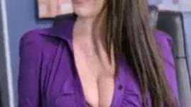 غالبًا ما تمارس السكرتيرة العاهرة ورئيسها الجنس العرضي ، في غرفة تدليك ضخمة
