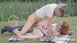 محترفة مص زب تتناك فى كسها من رجل محظوظ فى الحديقة