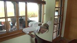أمي يحصل على مساعدة من أبناء يجري عالقا في النافذة سكس مصري