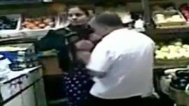 شرموطة مصرية تتناك من بائع في محل الخضار
