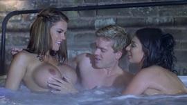 فيديو سكس مثير ثلاثي فى حمام السباحة xnxxx tube